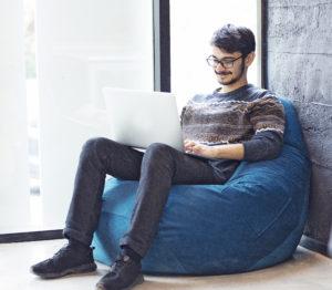 W niemal każdym biurze wykorzystuje się komputery, które służą do różnego rodzaju działań - m.in. przeglądania internetu oraz używania programów tekstowych, kalkulacyjnych i graficznych